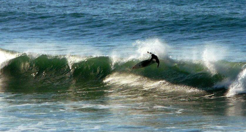 surfista cayendo de la ola
