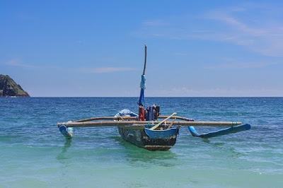 Бали, Индонезия. Bali, Indonesia, рыбацкая лодка в море, океан