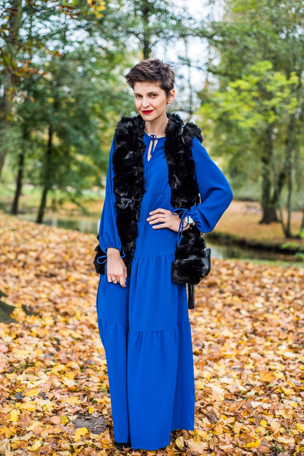 maxi sukienka, boho styl, fur, kamizelka futzana, kobaltowa sukienka, porady stylistki, casual, stylista poznan, red lips, butik, trendy, jesienne trendy, jak nosic,