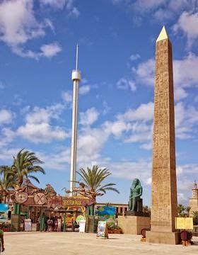 """El  obelisco """"la aguja de Cleopatra"""", Terra Mítica."""