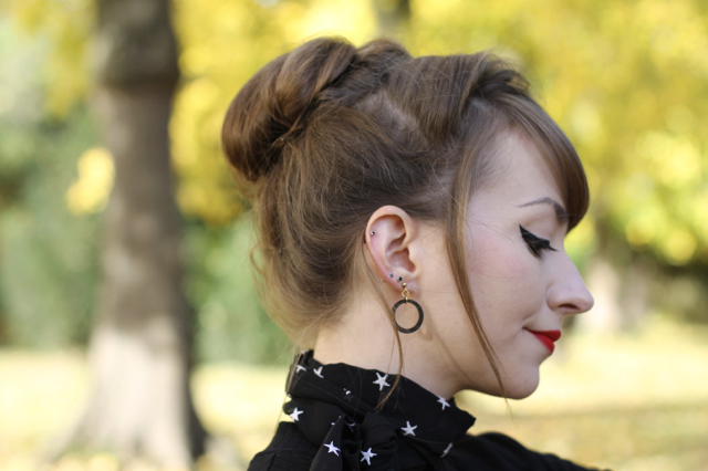Bow and Crossbones Linda hoop earrings in black