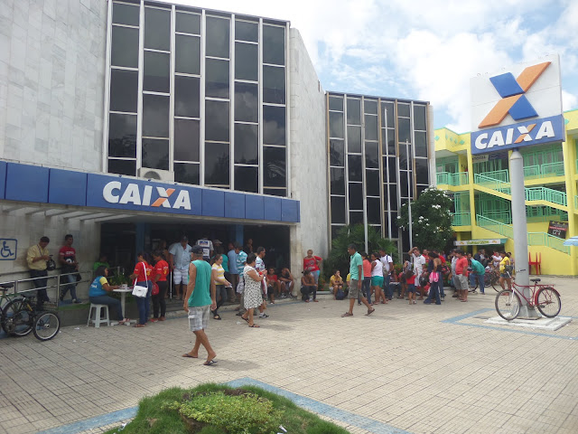 Multidões provoca fila Imensa de 40 metros na frente da Agência da ...