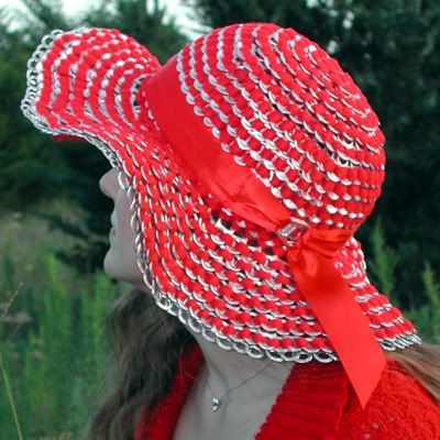 Topi merah cantik dari cincin-tarik kaleng minuman