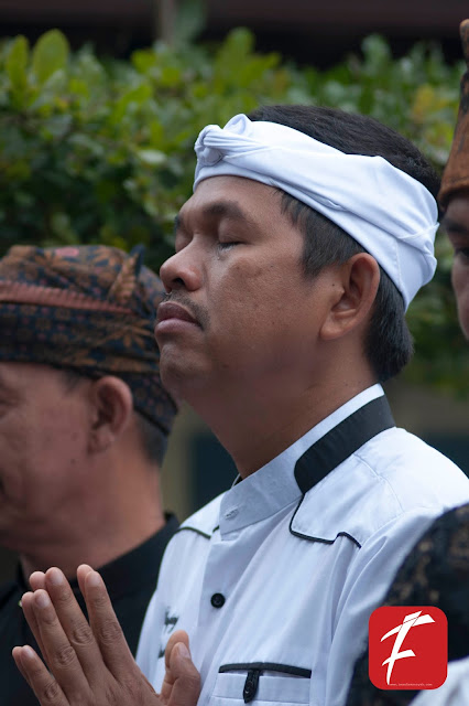 "Photo : Dedi Mulyadi Crying in Front of ""Leuit Jimat"""