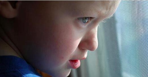 Ce petit garçon donne son adresse à un inconnu. Ce qu'il trouve ensuite devant sa porte va le laisser sans voix!