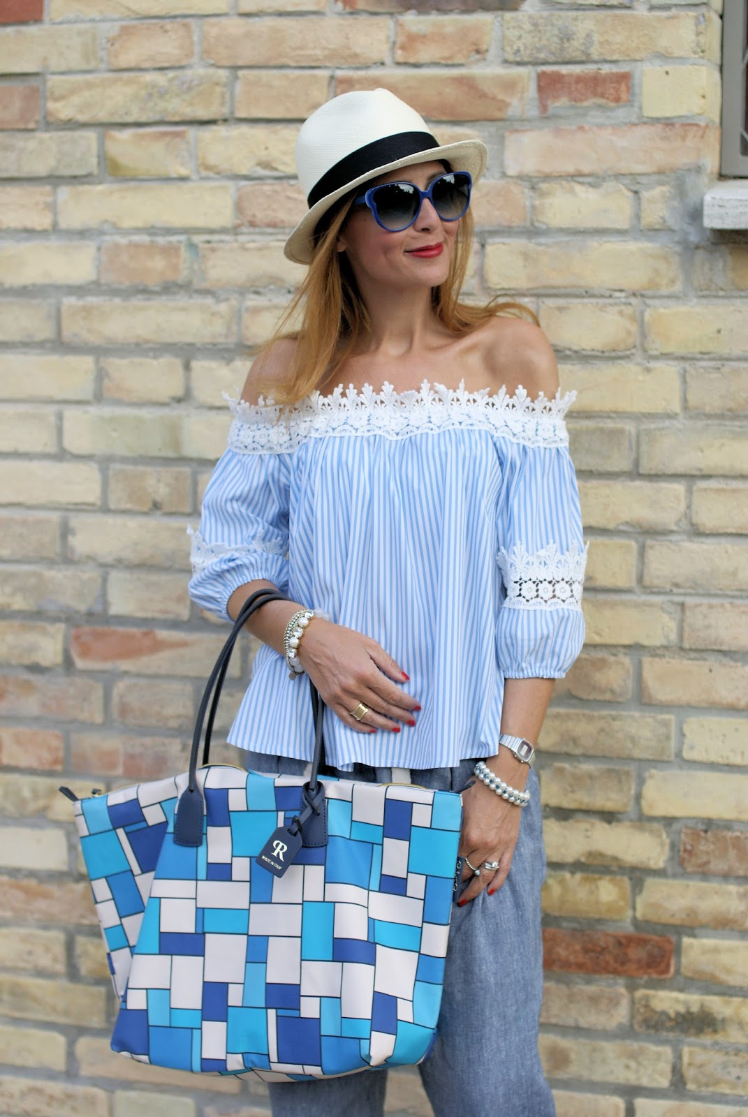 Summer chic outfit with off the shoulder top and Roberta Pieri Robertina XL bag on Fashion and Cookies fashion blog, fashion blogger