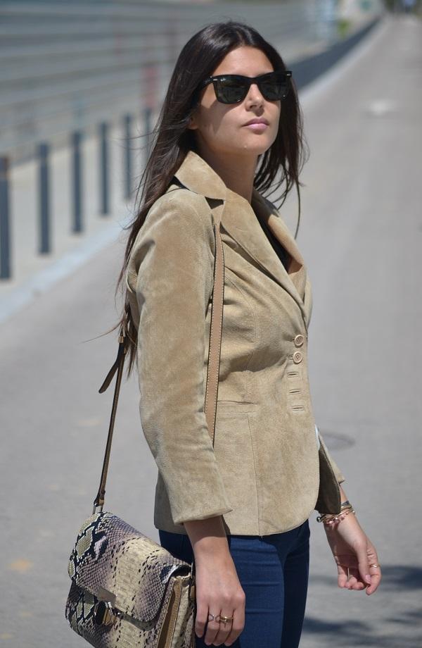 camel blazer, jacket, vintage bag, vintage purse, Ray-Ban Wayfarer, Lara Pasarin