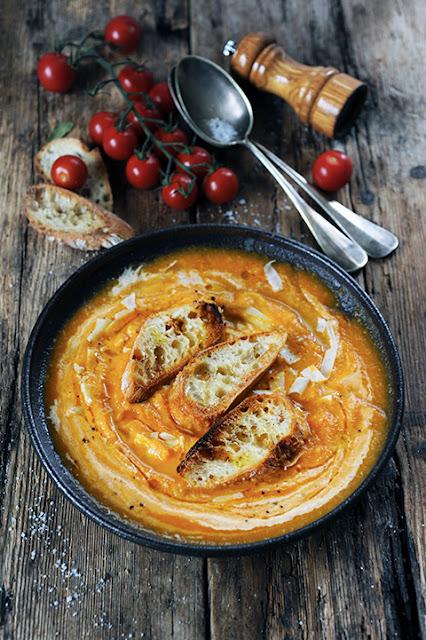 Une soupe deux versions parce que les go�ts et les couleurs... Soupe � la courge et la tomate en deux fa�ons�!