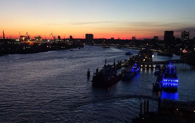 Hafenkran Skyline und Hamburg Skyline mit Sonnenuntergang und blauen Schiffen