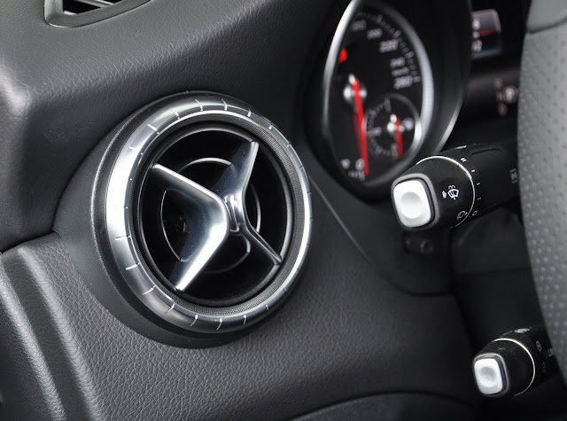 Mercedes CLA 200 có Cruise Control và SPEEDTRONIC cho phép điều chỉnh tối đa tốc độ