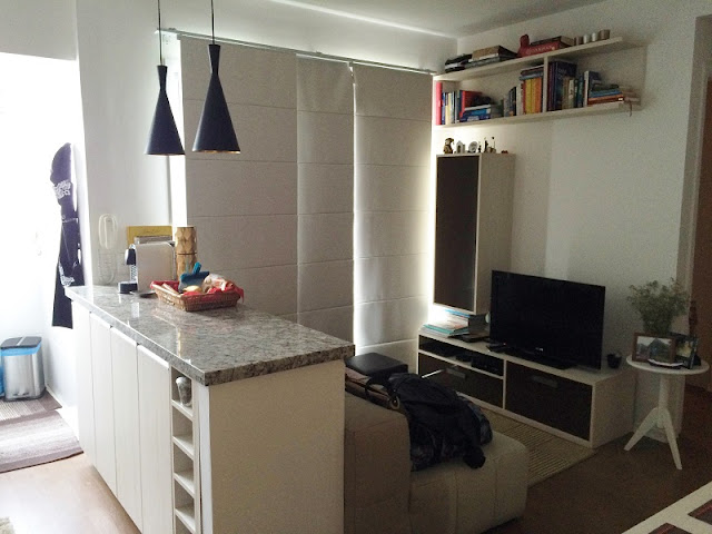 Vista da cozinha e sala de estar com o projeto do balcão executado.