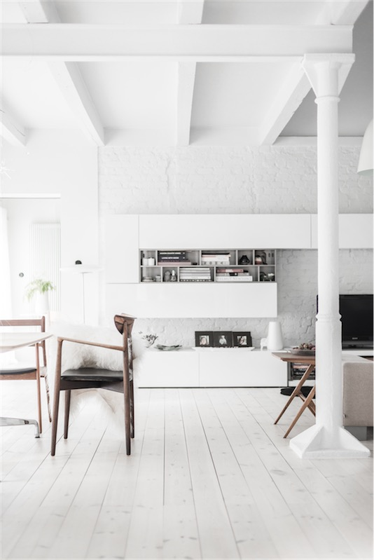 silla vintage en interior en blanco chicanddeco