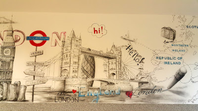 Malowanie klasy szkolnej, Mural w klasie szkolnej, jak zaranżowac klasę językową, mural w sali języka angielskiego, motyw architektoniczny namalowany na ścianie,