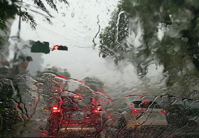 Chuva forte no vidro de um carro.