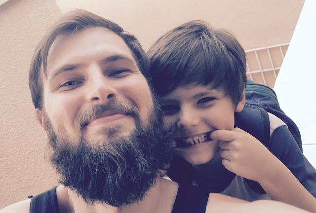 Foto minha com meu filho ao voltarmos da escola.
