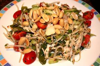 recept; recepten; hoofdgerecht; hoofdgerechten; maaltijdsalade; salade; slank; vietnamees; oosters; kip; peultjes; komkommer; pinda; pinda's; taugé; tomaat; tomaten; tomaatjes;