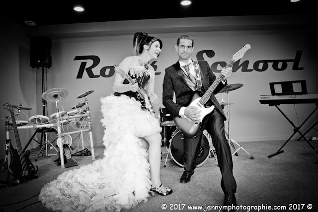portraits mariés fun, photo originale mariage, les mariés jouent de la musique