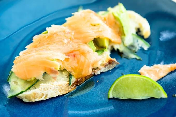 Tosta de salmón y pepino (con queso crema)