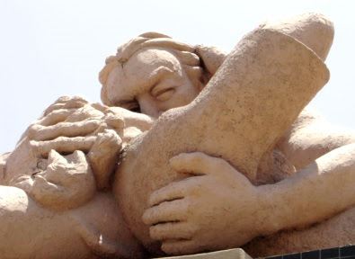 Escultura del beso de pareja en el Parque del Amor