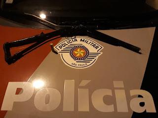 POLÍCIA MILITAR DE CAJATI APREENDE ESPINGARDA APÓS HOMEM SER SOCORRIDO COM TIRO NO PÉ