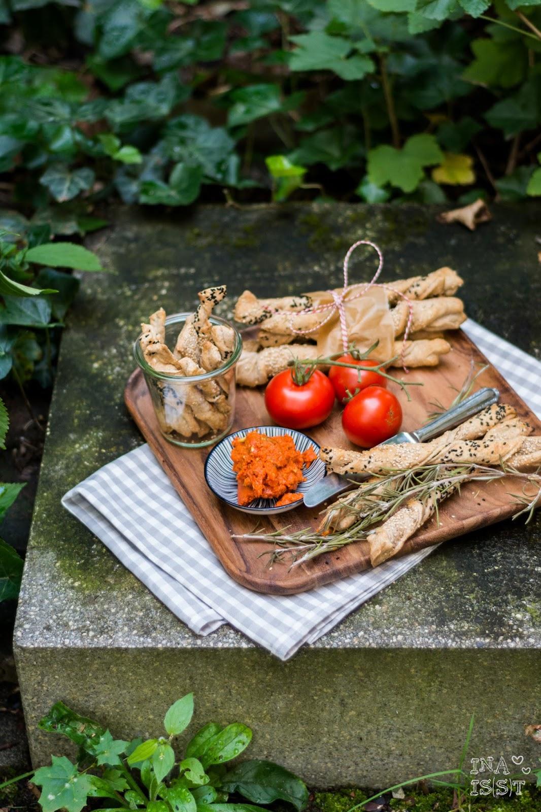 ina is s t zeit f r ein picknick knusperstangen mit tomatenbutter. Black Bedroom Furniture Sets. Home Design Ideas