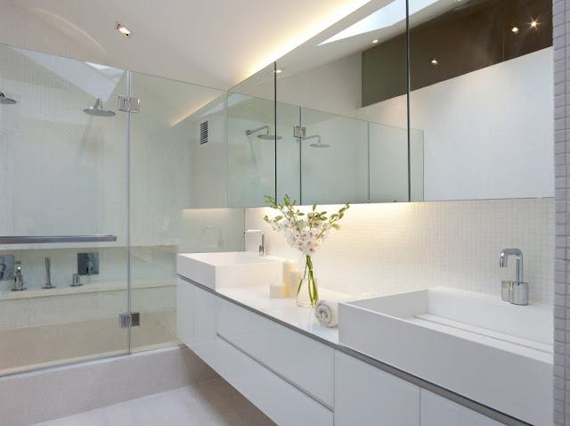 Desain interior ruko hitam putih, inspirasi kamar madi