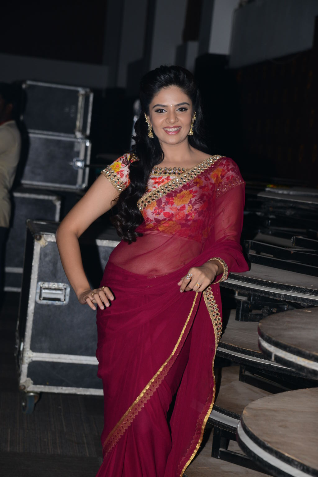 Anchor Sree Mukhi Spicy Hip Navel Photos In Maroon Saree