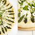 Biała pizza ze szparagami, ricottą, oliwą czosnkową i płatkami migdałów.