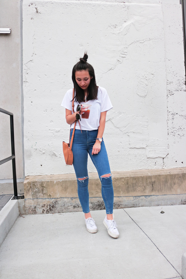Casual Outfit T-Shirt Brown Circle Bag Blue Jeans White Shoes