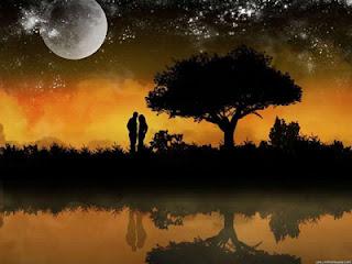 Imagen de una pareja bajo la luz de la Luna