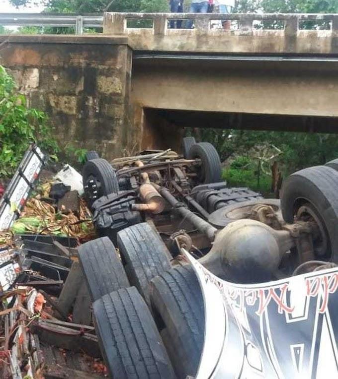 Caminhão carregado de melancia cai de ponte e condutor morre esmagado