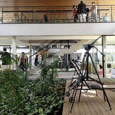 A edificação mescla madeira, concreto, vidro e metal em 1.448 m² assentados num terreno em declive.