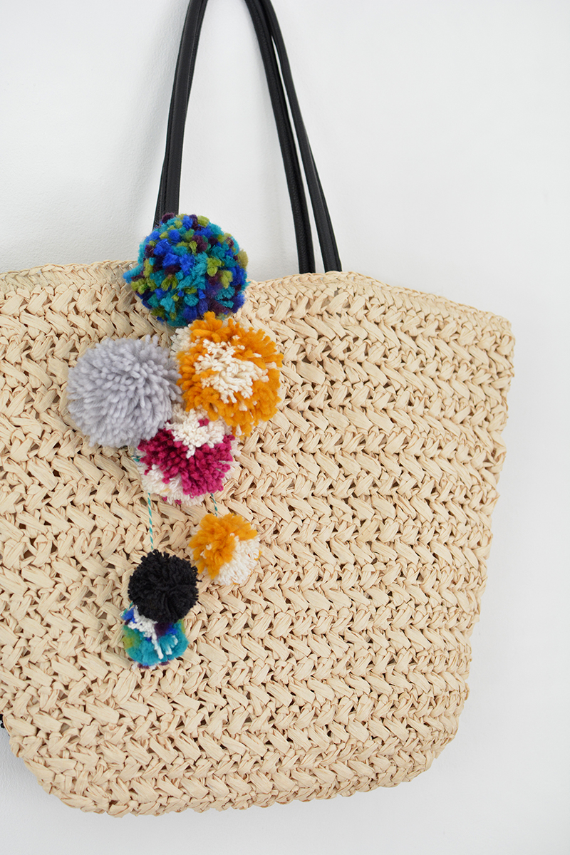 pom pom beach straw bag tutorial