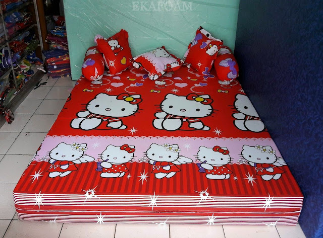 Sofa bed inoac dengan corak motif Hello kitty merah