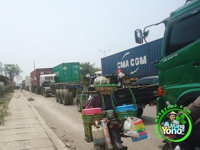 FOTO 2 : Kemacetan Sebelum Proyek Pembangunan Jembatan Jalan Cakung-Cilincing