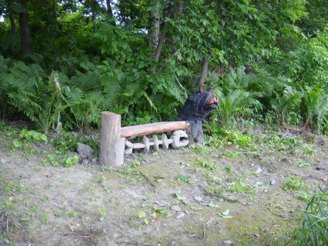 sculptures a la tronconneuse et au ciseaux sur bois quebec richmond estrie canada 5eme sculpture a la scie a chaine le banc de l ours qui a manger le poisson