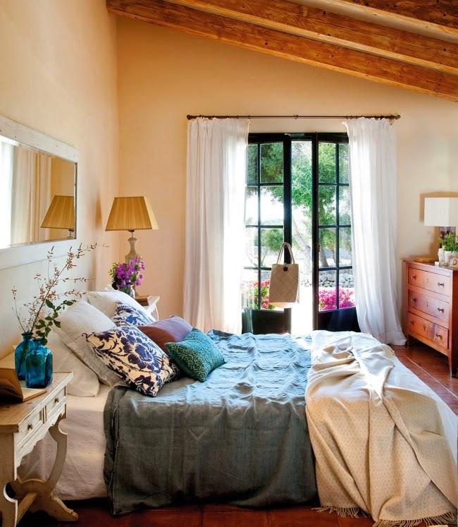 Dom ze wspaniałym ogrodem i jadalnią na świeżym powietrzu, wystrój wnętrz, wnętrza, urządzanie domu, dekoracje wnętrz, aranżacja wnętrz, inspiracje wnętrz,interior design , dom i wnętrze, aranżacja mieszkania, modne wnętrza, styl klasyczny, classic style, styl rustykalny, taras, ogród, patio, weranda, sypialnia, bedroon