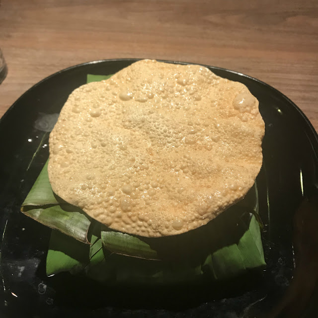 バナナの葉に包まれて出てくるスリランカカレーの写真です。