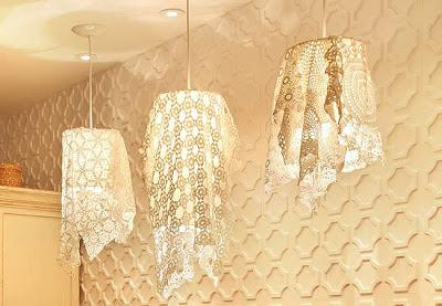 Toalhinhas de crochê da vovó podem se transformar em luminárias pendentes bem criativas e bonitas