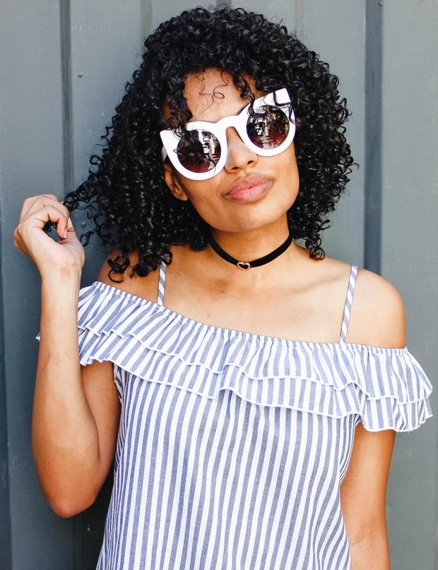 Blusa de listras Amiclubwear, óculos de gatinho retrô, chocker de coração