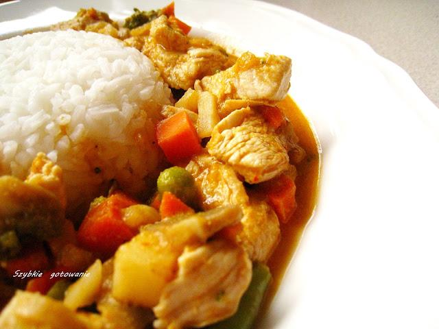 Pikantny kurczak w czerwonej paście curry z warzywami i mleczkiem kokosowym