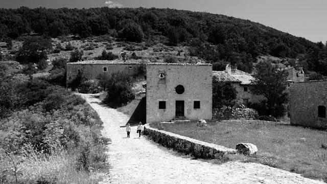 Fotografia in bianco e nero della chiesa alle Pagliare di Tione