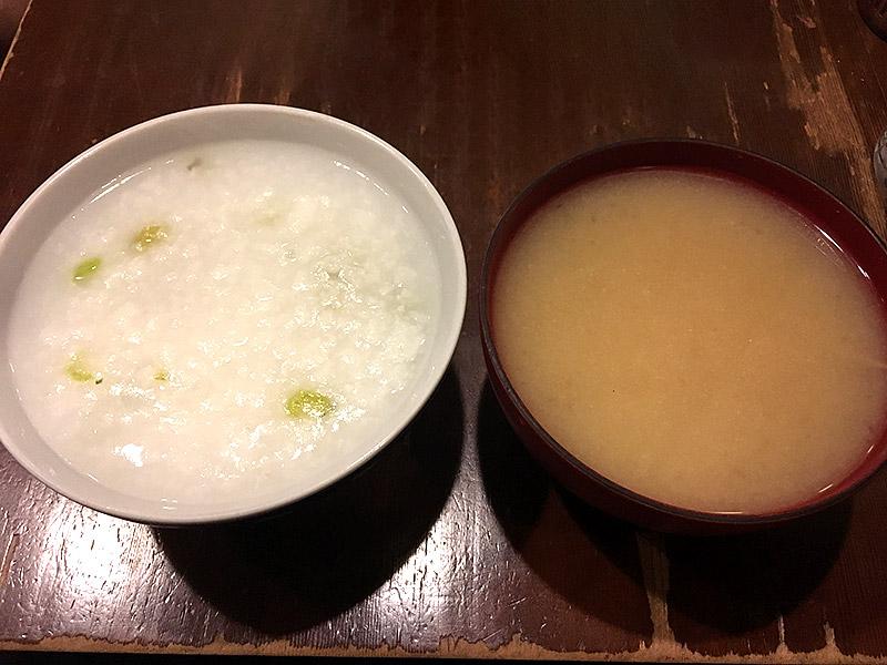 JR四ツ谷駅から新宿通りを西へ徒歩4・5分ほどにある純喫茶『高品質珈琲と名曲   私の隠れ家』のおさらのごはんのお粥とお味噌汁