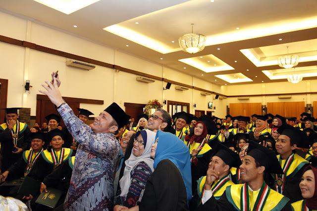 Wisuda Dihadiri Gubernur, Rektor Universitas Tamansiswa Terharu