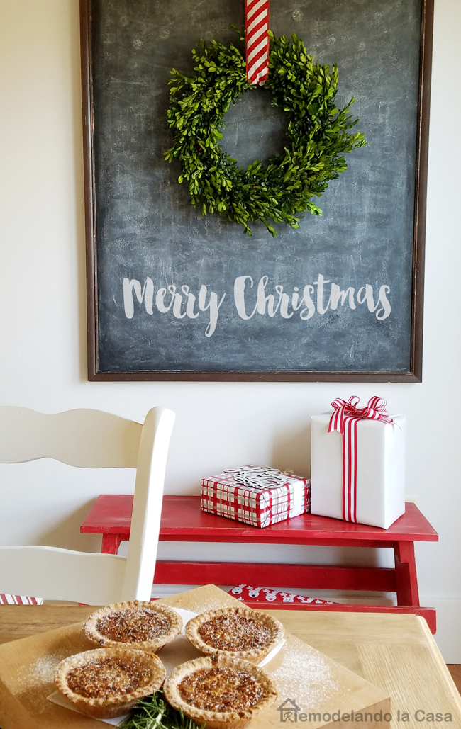 Dining room decor d uring the holidays