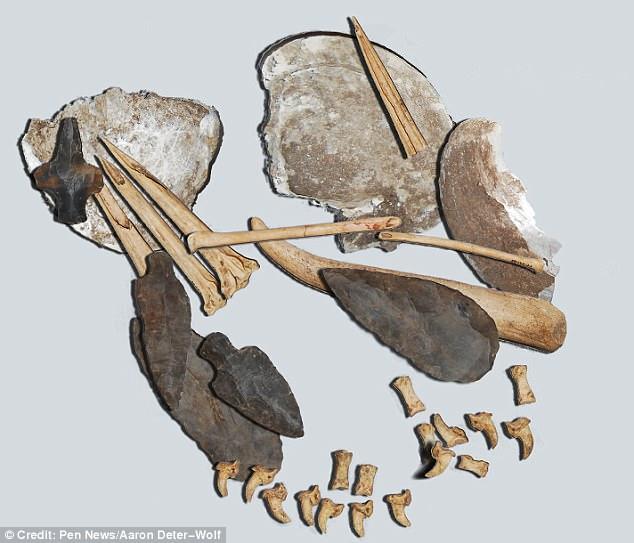 Conjunto de agujas de hueso para hacer tatuajes, conchas con pigmentos y herramientas de piedra. Tennessee, EE.UU. 1600 a.C. Foto: Aaron Deter-Wolf.