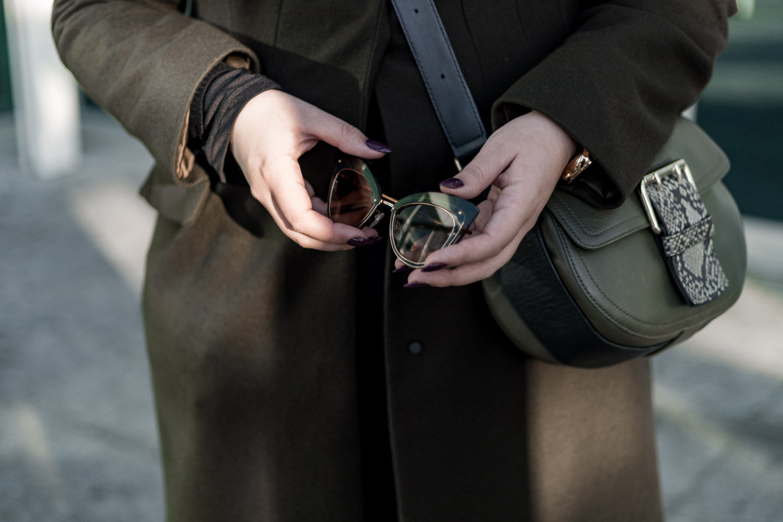 óculos Marc Jacobs, carteira Furla, casaco Mango