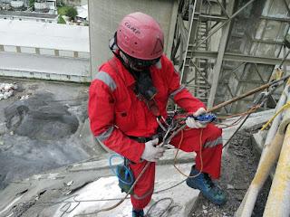 pengecatan dinding vertikal, pembersihan sisi luar gedung, resealan