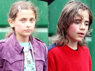 Foto de hijos de Michael Jackson más grandes y caminando por la calle