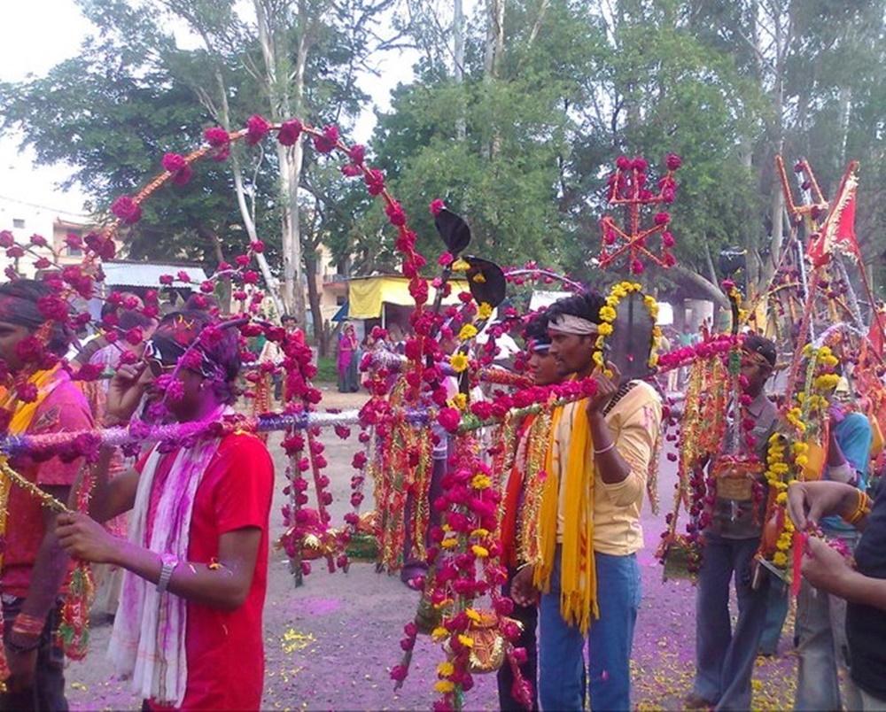 Jhabua Kawad yatra नर्मदा का जल लेकर शहर में निकले कावडिये, अभिषेक किया